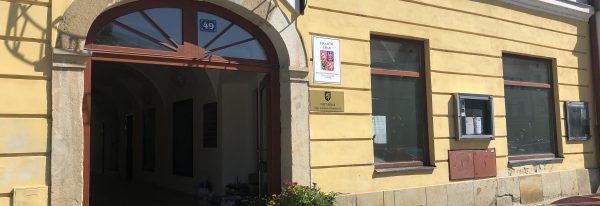 Rekonstrukce č.p. 49, nám. Československé armády-odstranění vlhkosti a rekonstrukce obchodů